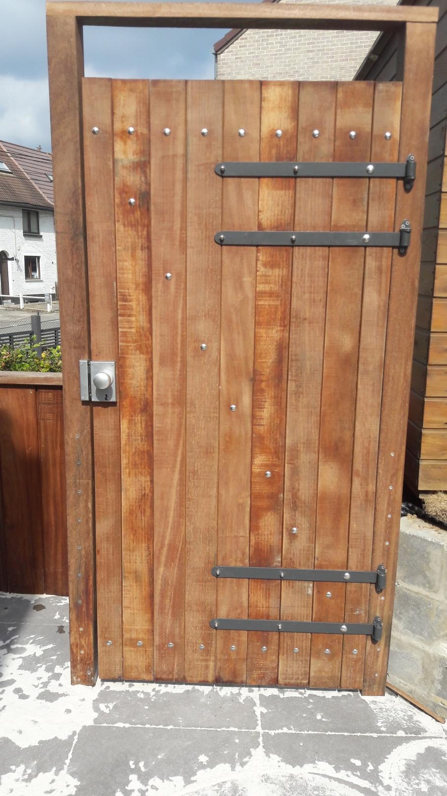 Porte de jardin en bois exotique.