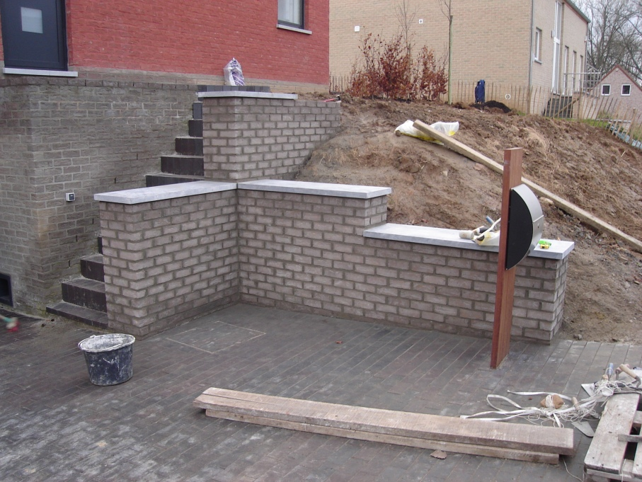 Mur et escalier en briques et couvres murs en pierre bleue